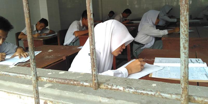 UN di salah satu SMK Negeri di Medan beberapa waktu lalu. Sekolah ini harus tetap menggelar UN dengan naskah lantaran keterbatasan sarana dan prasarana