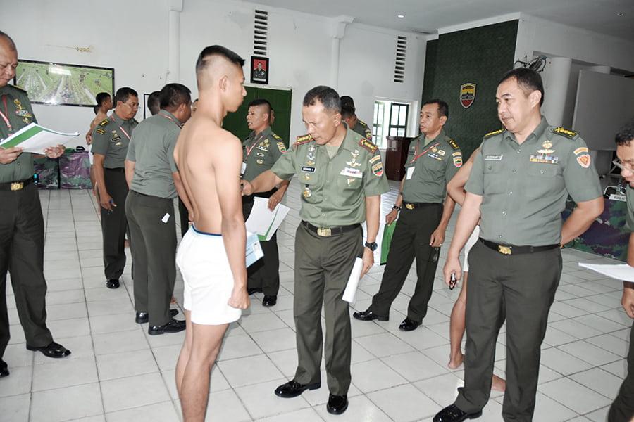 Danrem 023/KS Kolonel Richard TH Tampubolon ketika memimpin langsung sidang Parade Tes Werving Secata Gel II Tahun 2016 wilayah Subpanda Sibolga.