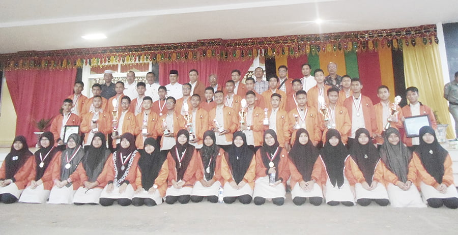 Siswa/i PDM berprestasi dibidang sains berphoto bersama Direktur PDM Jafar Syahbuddin Ritonga (barisan paling belakang, lima dari kiri) beberapa waktu lalu.