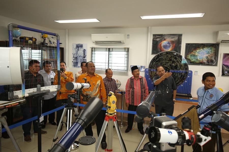 Wakil-Bupati-Aceh-Tenggara-Ali-Basyrah-3-kiri-bersama-Rektor-Agussani-saat-mengunjungi-fasilitas-observatorium-Ilmu-Falak-di-lantai-7-gedung-Pascasarjana-UMSU-di-Jalan-Denai-Medan