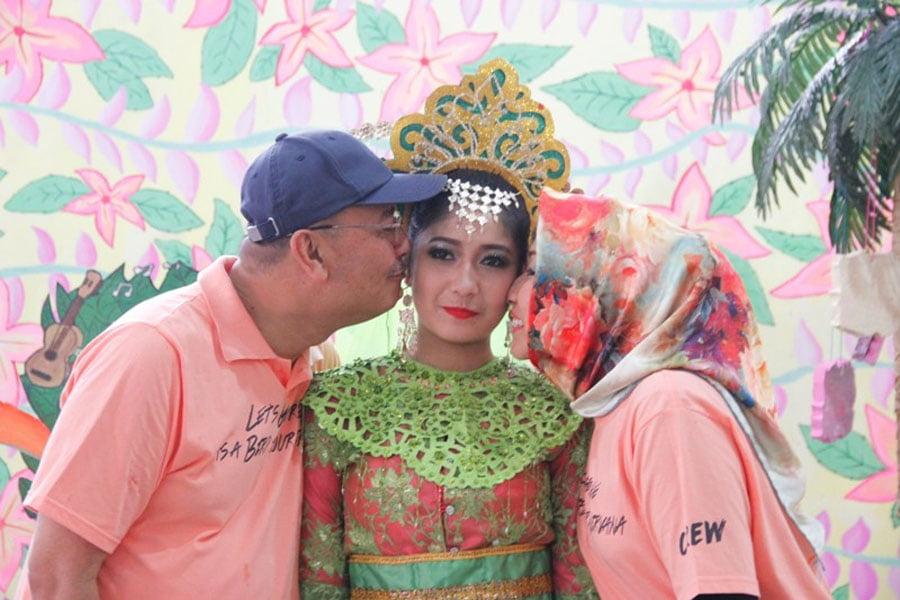 Walikota Medan Drs HT Dzulmi Eldin S MSi saat membuka FOS 8, di halaman Sekolah SMA N 1 Medan, Minggu (13/11/2016).