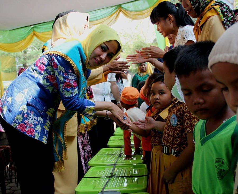 Bunda PAUD Kota Medan Hj Rita Maharani Serahkan bantuan APE kepada siswa PAUD dan TK