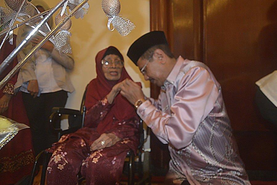 Gubsu HT Err Nuradi bersama Ibunda tercinta HT Rafiah yang sudah berusia 93 tahun